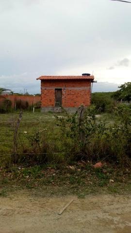 Vendo terreno com uma casa pequena dentro. Preço negociável! - Foto 2