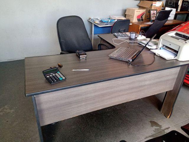 Mesa de escritório usada marcas de uso apenas 150