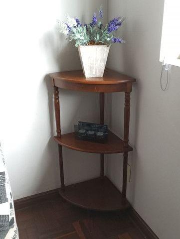 Mesa de canto de madeira com 3 sessões