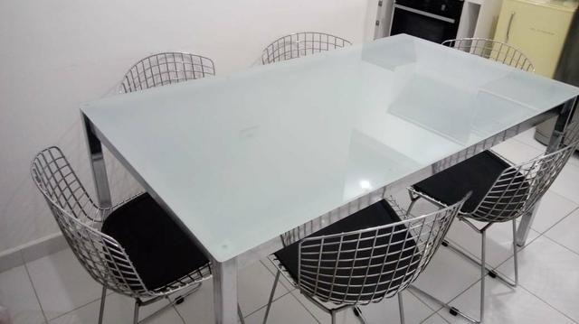 Mesa de vidro com cadeiras bertoia