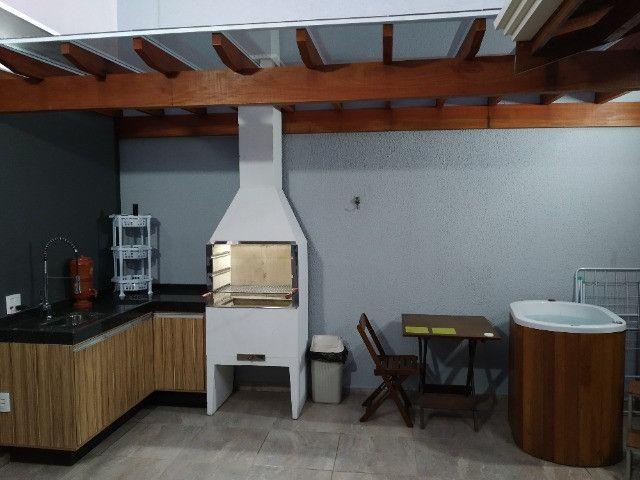 Jardim Ipê, casa com pé direito elevado, armários planejados e área gourmet com ofurô - Foto 7