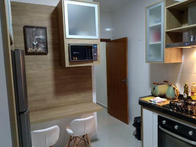 Jardim Ipê, casa com pé direito elevado, armários planejados e área gourmet com ofurô - Foto 2