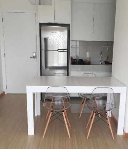 Mesa em laca branca e cadeiras eiffel policarbonato