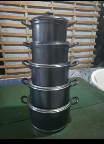 Panelas grossas com alças de alumínio craqueadas