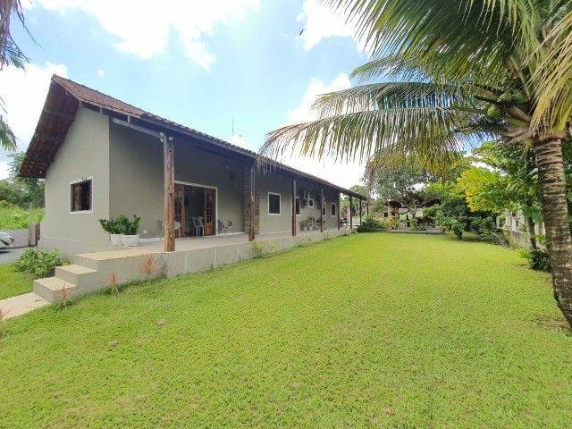 Linda casa localizada em condomínio com mata preservada em Aldeia   Oficial Aldeia Imóveis