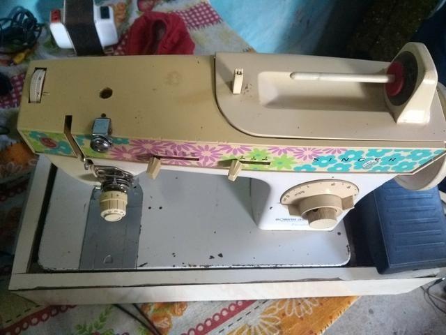 Máquina de costura Singer Ou troco por som de casa - Foto 2