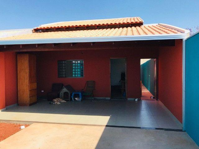 Casa térrea 2 vagas de garagem, quintal e armários planejados - Foto 2