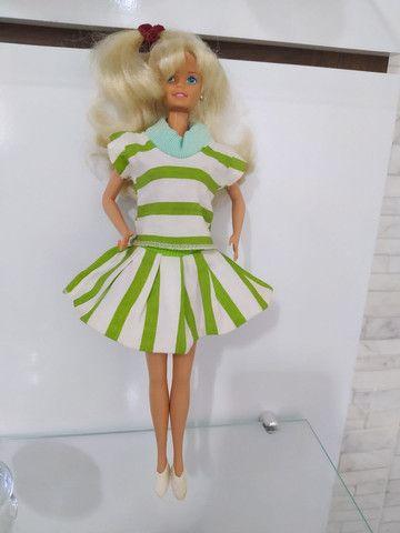 Conjunto de roupas com par de tênis para Barbie anos 80 .