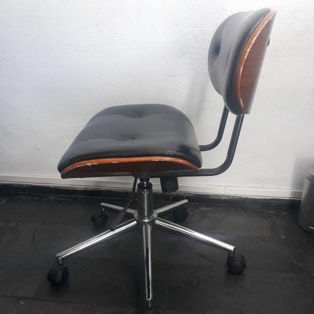 Cadeira Escritório Couro Preto e Madeira  - Foto 4