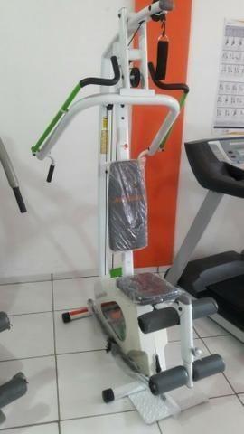 Estação de musculação faz diversos exercícios