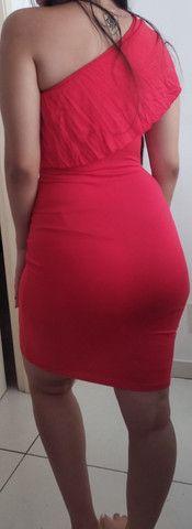 Vestido vermelho colado de um ombro