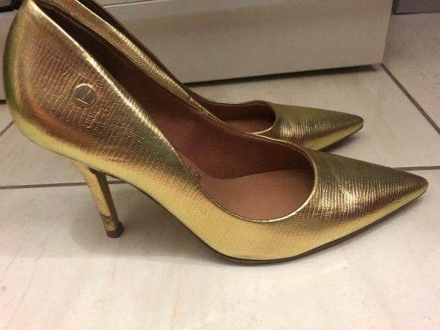 Sapato scarpin dourado tamanho 36 - Foto 2