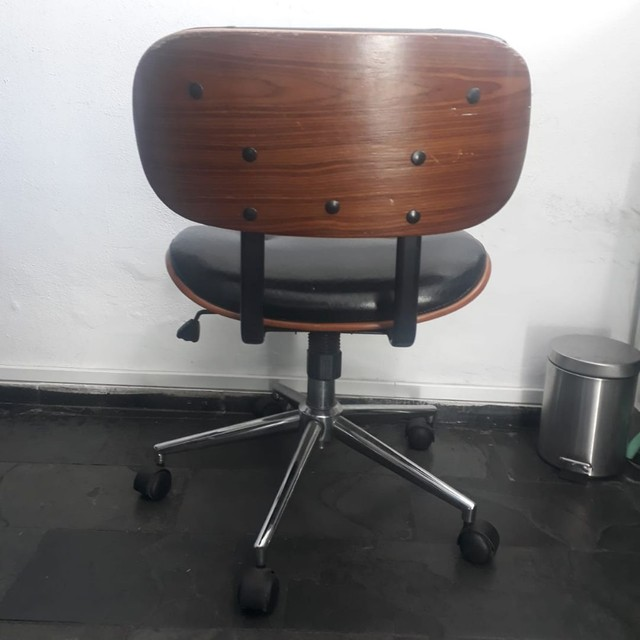 Cadeira Escritório Couro Preto e Madeira  - Foto 3
