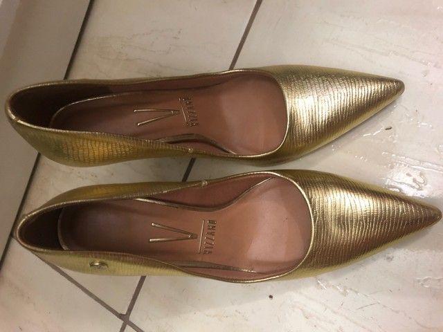 Sapato scarpin dourado tamanho 36 - Foto 5