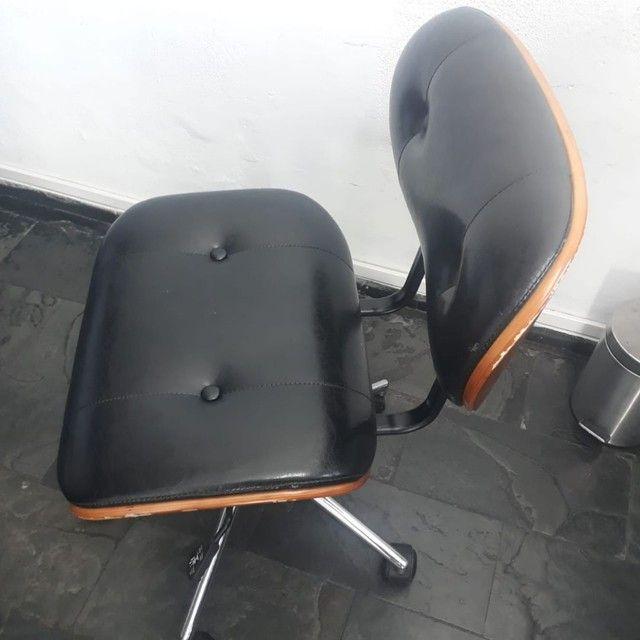 Cadeira Escritório Couro Preto e Madeira  - Foto 2