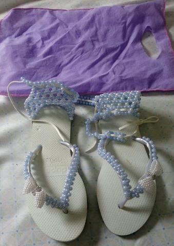 Sandália decorada com pérolas