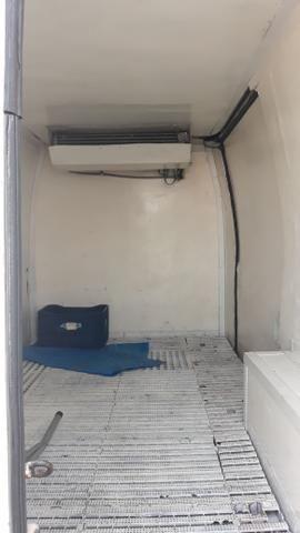Vendo van refrigerada com serviço baixei o preço pra vender logo - Foto 3