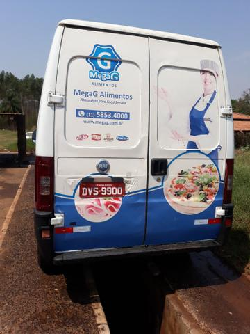 Vendo van refrigerada com serviço baixei o preço pra vender logo - Foto 2