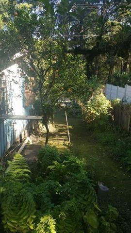 Terreno de esquina com casa de madeira - Foto 2