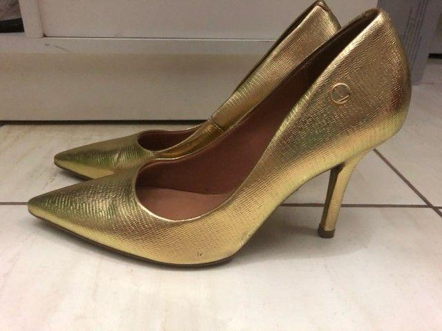 Sapato scarpin dourado tamanho 36 - Foto 3