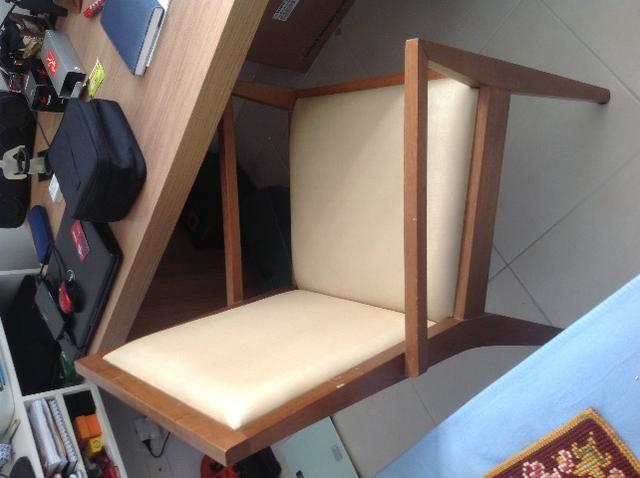Mesa escritorio, gaveteiro com 3 gavetas, 2 cadeiras e 2 mesinhas de cabeceira, espelho,