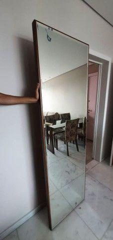 Espelho vertical c moldura em madeira - Foto 2