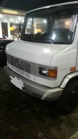 Caminhão. com prancha reboque mb 709