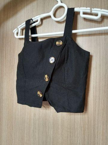 Cropped preto com fenda  - Foto 2