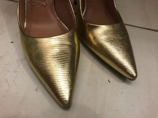 Sapato scarpin dourado tamanho 36 - Foto 4