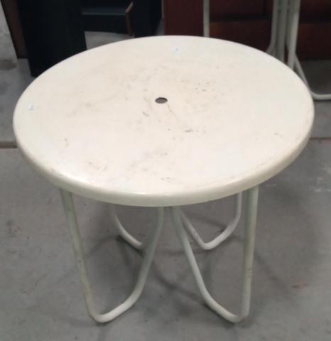 Mesa área externa / Piscina / em Fibra de vidro e Ferro Branco 70 cm x  79 cm x  79 cm - Foto 7