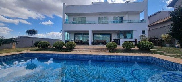 Casa de condomínio para venda tem 480 metros quadrados com 5 quartos