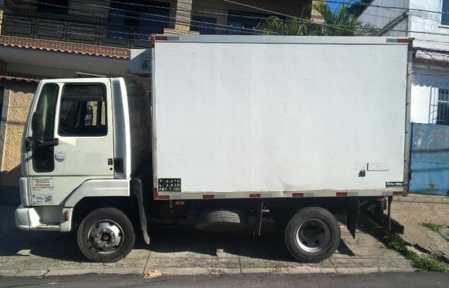 Ford Cargo 712 baú frigorífico