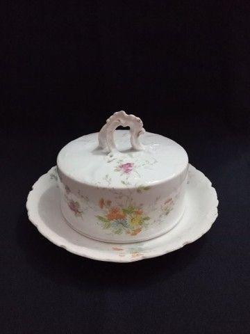 Mantegueira de porcelana com desenho de flores. - Foto 3