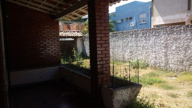 Casa centro de Rio das Ostras linear 03 quartos com vaga p 5 carros e quintal - Foto 4