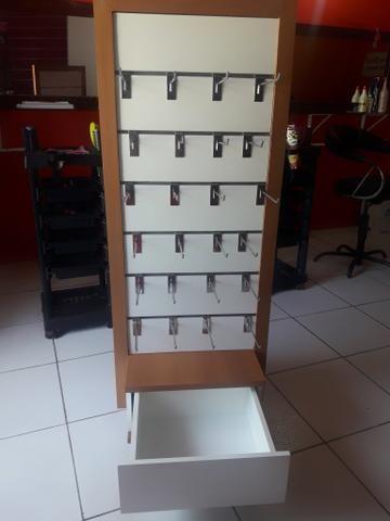 Móvel para exposição de produtos com gavetas