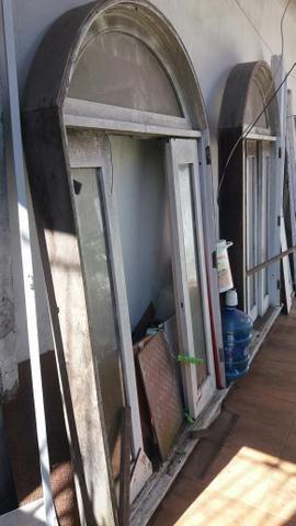 Duas janelas madeira de lei