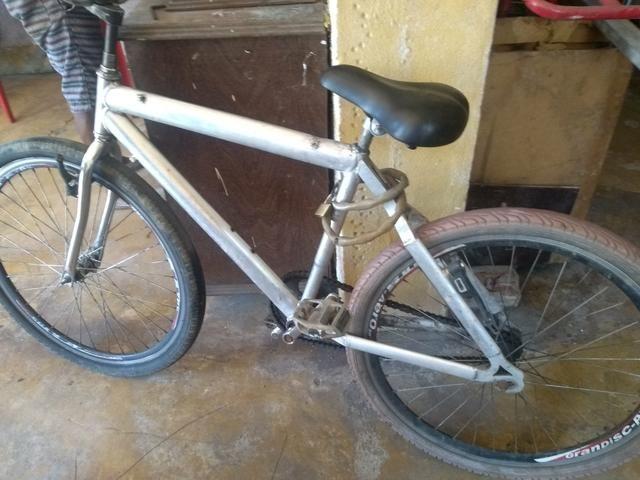 Troco ou vendo essa bicicleta por um celular A10 ou um em boa condição - Foto 2