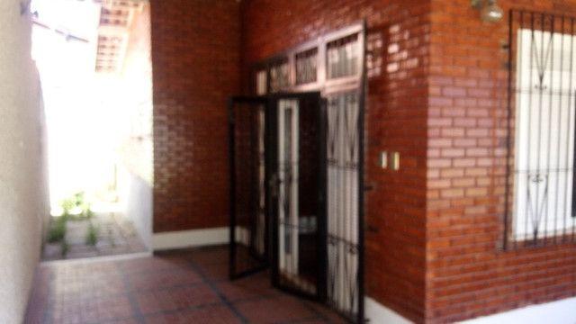 Casa centro de Rio das Ostras linear 03 quartos com vaga p 5 carros e quintal - Foto 3