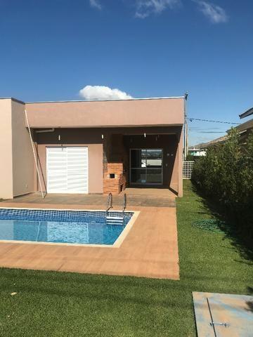 Aluguel de casa com piscina, condomínio fechado, área de lazer, lago e casa nunca habitada - Foto 3