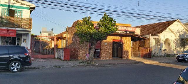 Sala comercial com casa de alvenaria ao fundos. Av. Borges de Medeiros, 960.