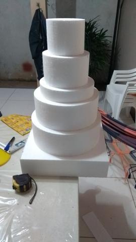 Bases de isopor para fazer bolos falsos