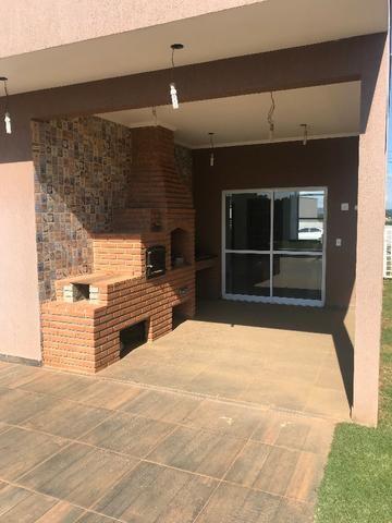 Aluguel de casa com piscina, condomínio fechado, área de lazer, lago e casa nunca habitada - Foto 2