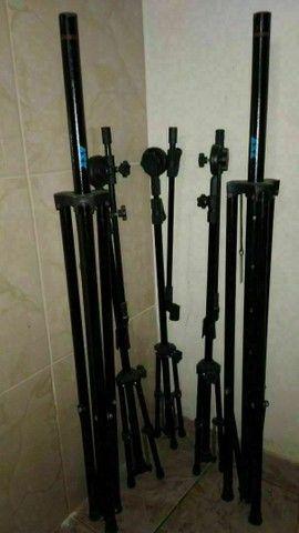 Som caixas, mesa, cubo, microfones com pedestais com cachimbo e cabos.  - Foto 5