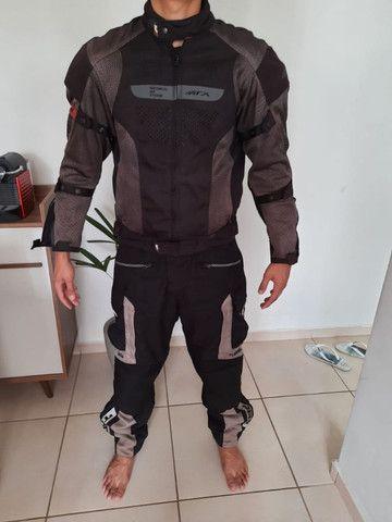 Jaqueta e calças motociclista