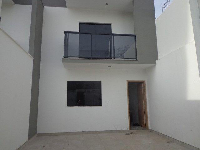 Linda casa de 2/4 com quintal e 2 vagas por R$ 269.000 em Jardim dos Alfineiros