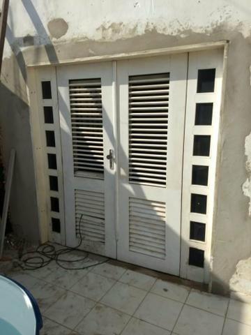 Uma porta de madeira para sala