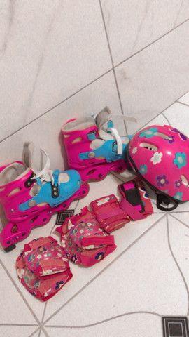 Patins rosa e azul com equipamentos