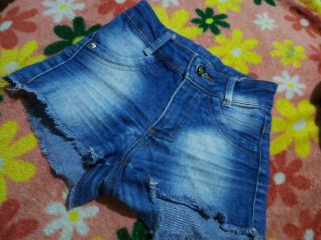 Estou vendendo essa camiseta jeans e esse shorts - Foto 3