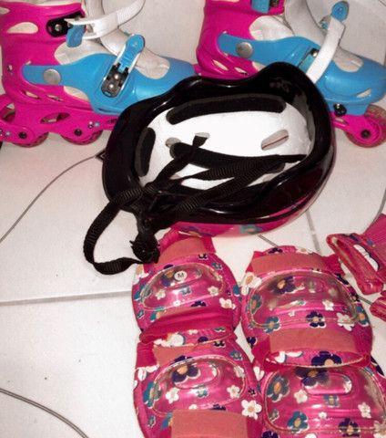 Patins rosa e azul com equipamentos - Foto 4