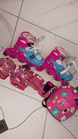 Patins rosa e azul com equipamentos - Foto 3
